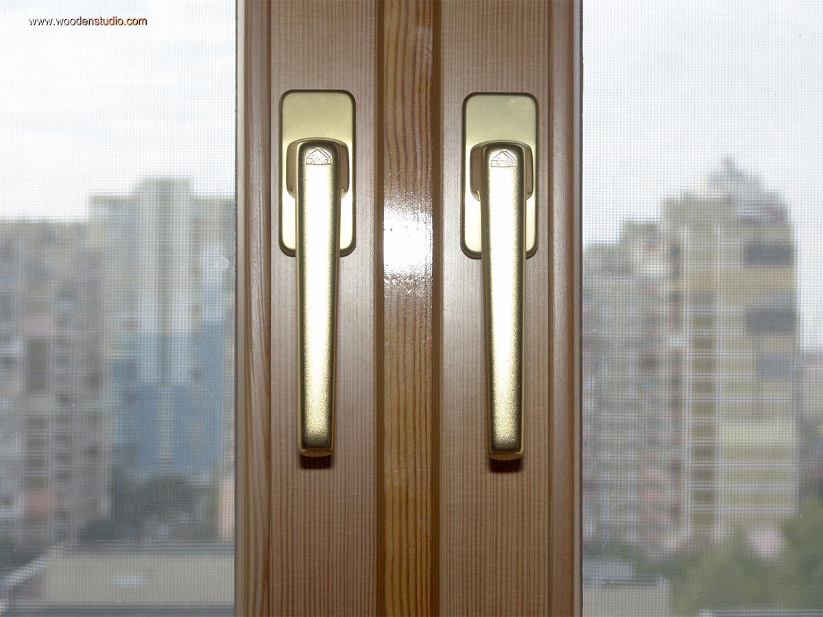Заметна разница между старым и новым лаковым покрытием на коробке и створках деревянного окна